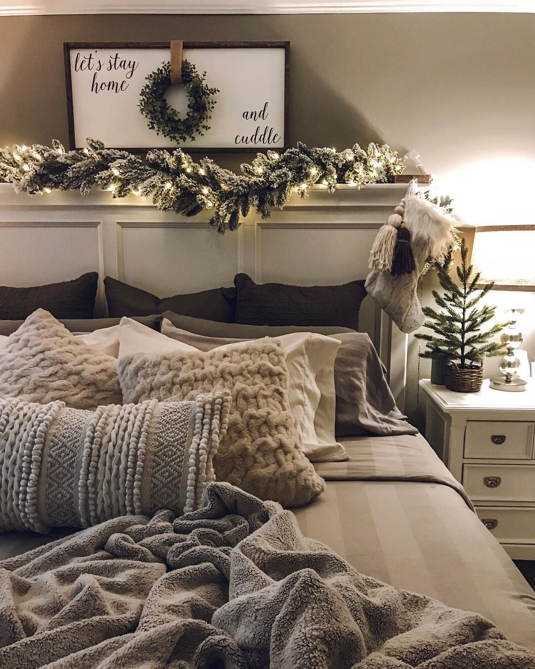 50 Trendy Cozy Christmas Bedroom Decorating Ideas #christmas #holidays #christmas