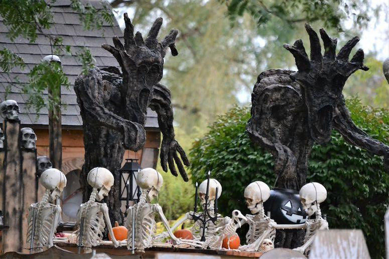 50 Amazing Outdoor Halloween Decorations Ideas For This Year #Halloween
